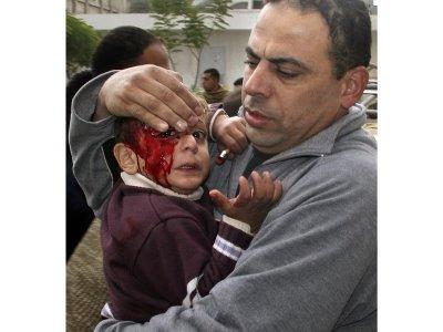61972_menggendong_anak_yang_terluka_akibat_serangan_israel